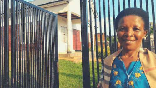 Marie Bedabasingwa vor ihrem neuen Haus