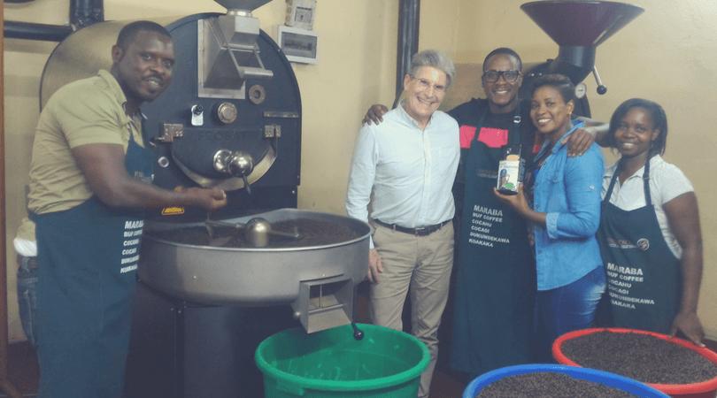 Dr. Tim Schilling von World Coffee Research stattete Rwashoscco bei der letzten Röstung einen Besuch ab
